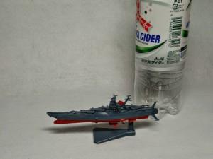 メカコレ宇宙戦艦ヤマトとペットボトルで大きさの比較