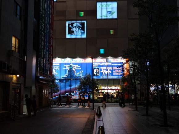 秋葉原ソフマップの宇宙戦艦ヤマト2199星巡る方舟壁面広告 夜 ダイビル横から