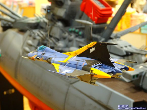 ヤマトの周囲を飛ぶコスモファルコン